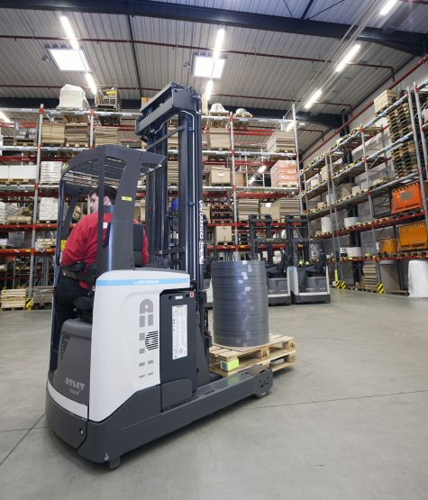 Eight TERGO reach trucks ensure that the order picking warehouse is supplied with replenishments from the automatic high-bay store as needed.